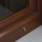 Particolare finestra in larice stilizzata
