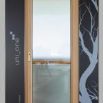 Portafinestra modello integrale con finitura interna rovere naturale ed esterna vetro camera strutturale