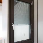Finestra modello verbund con finitura interna rovere antracite ed esterna alluminio complanare colore ral tra telaio ed anta